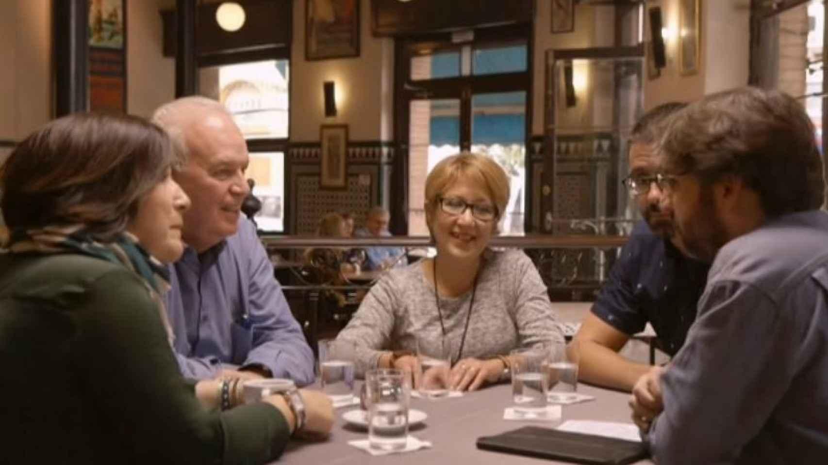 Jordi Évole conversa con militantes socialistas.