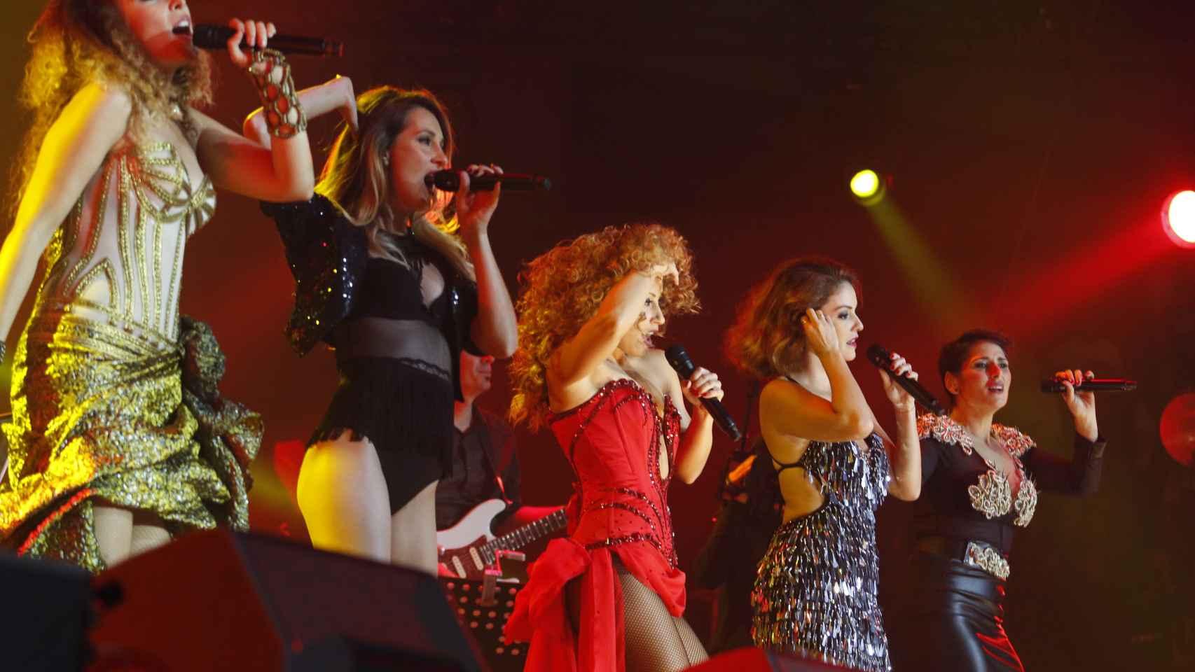 Gisela (izqda), Mireia, Verónica, Geno y Rosa en el arranque del concierto