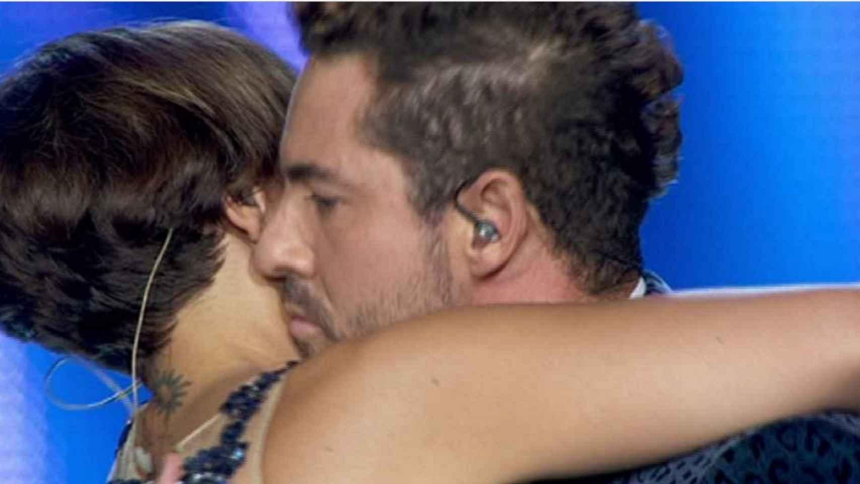 El cariñoso abrazo que se han dado la ex pareja durante la actuación