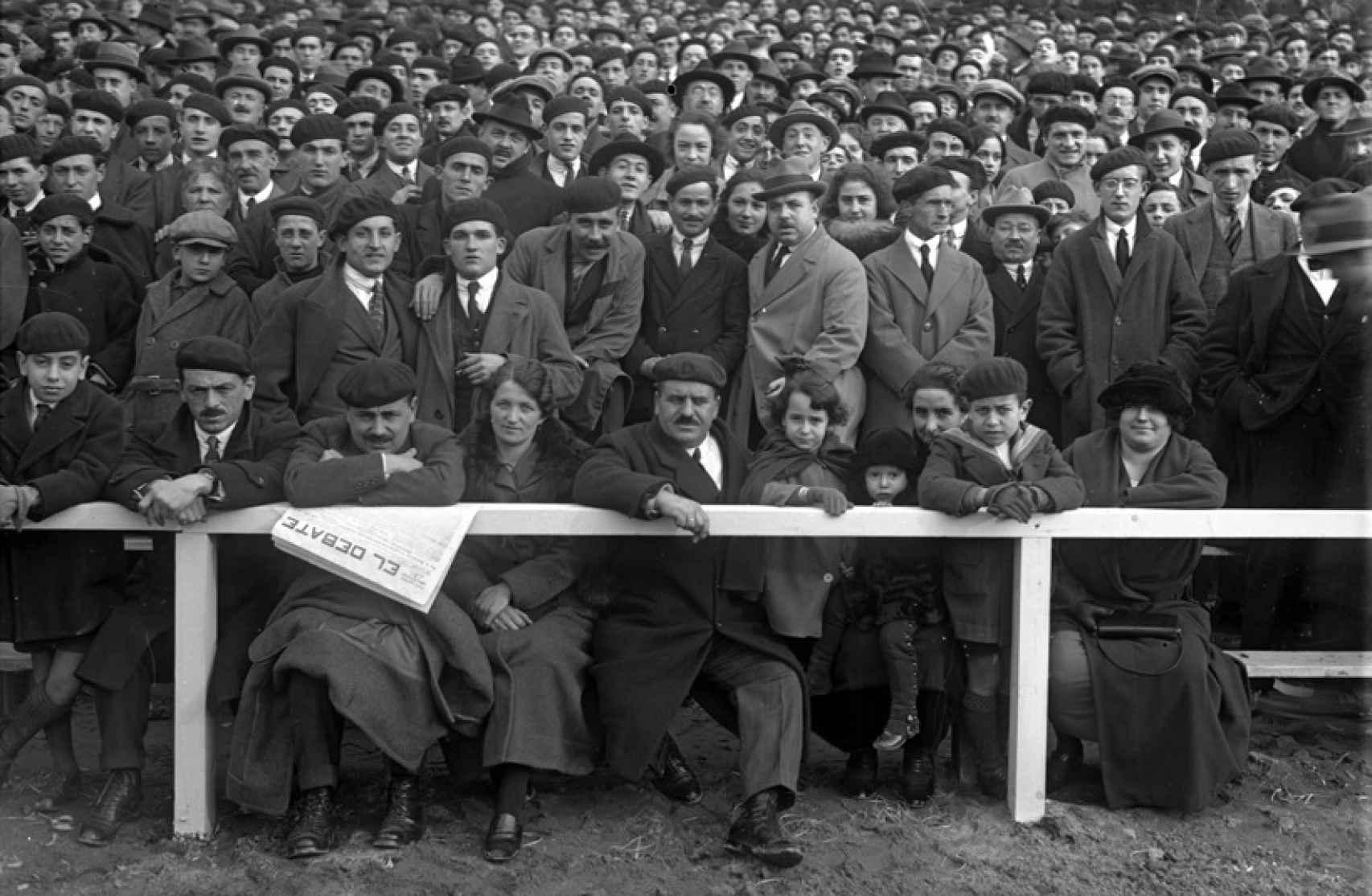 A la espera del inicio del partido de fútbol en Atotxa, 1923.