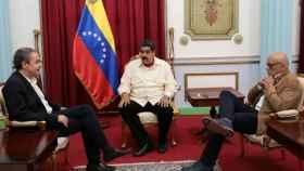 Nicolás Maduro (c), durante su encuentro con Zapatero (i) en el palacio de Miraflores.