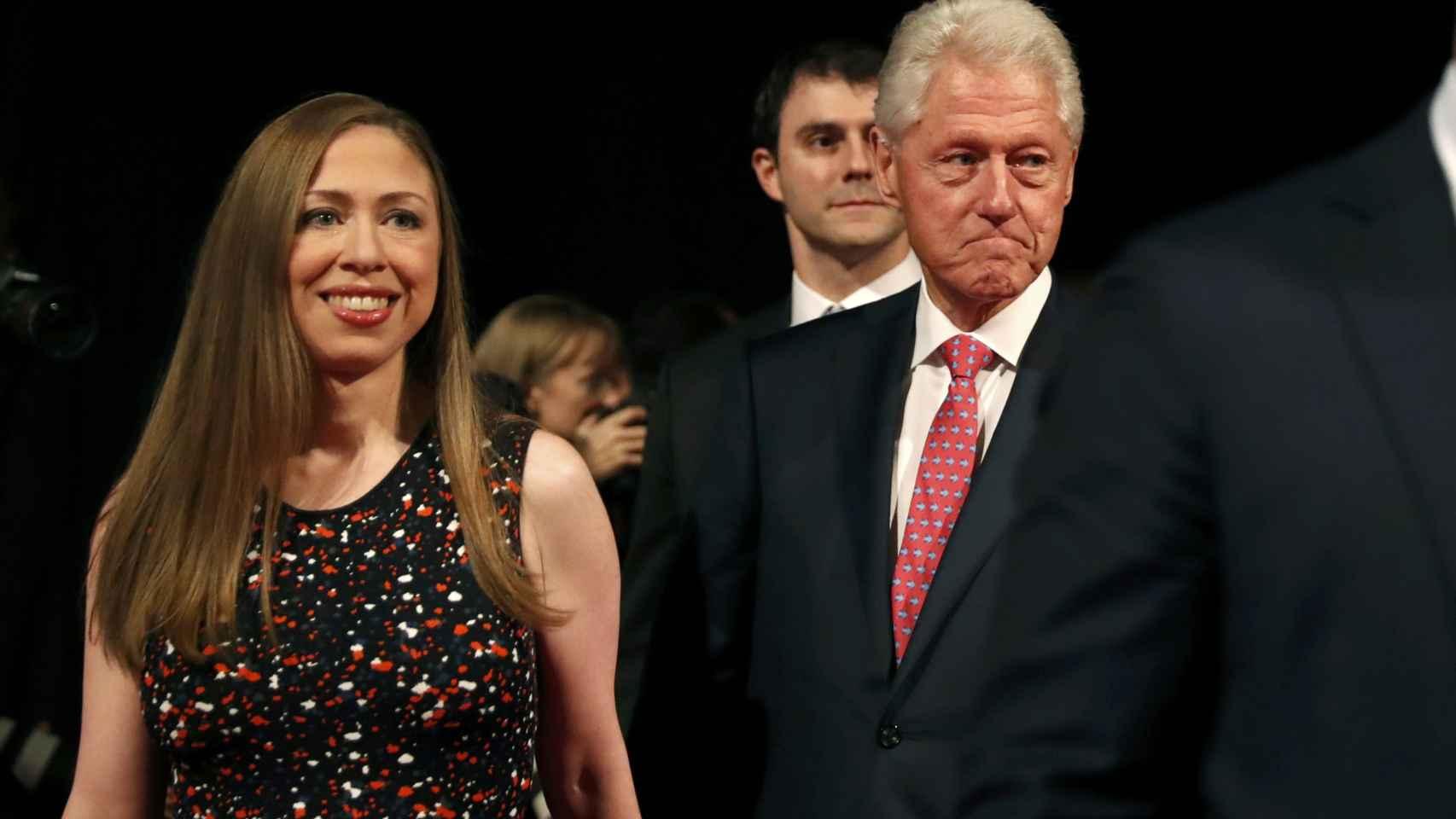 Bill Clinton y su hija Chelsea, a su llegada al último debate presidencial celebrado el 19 de octubre.
