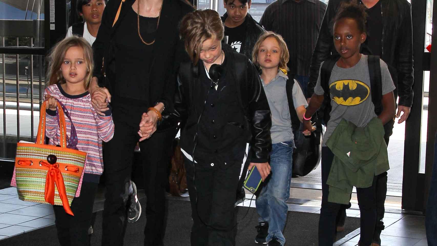 El matrimonio junto a sus seis hijos a la llegada a un aeropuerto.