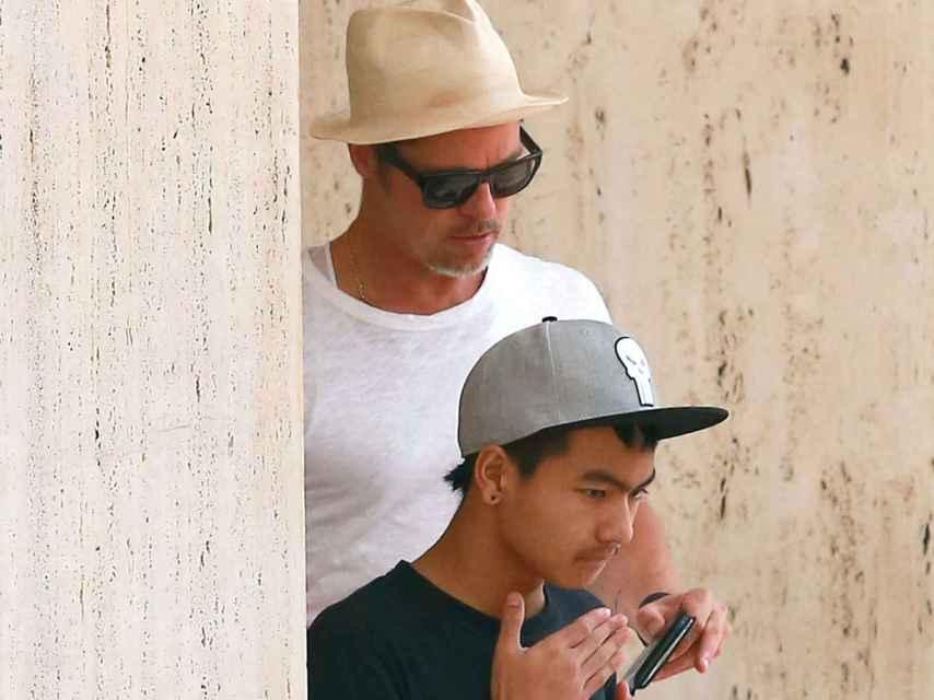 Brad Pitt con su hijo Maddox hace unos meses.