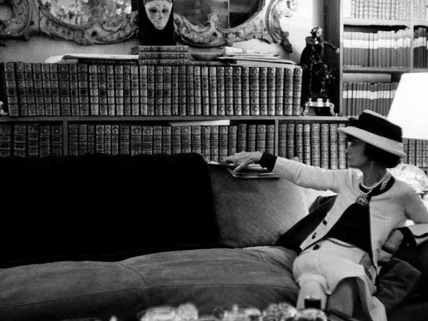Gabrielle Chanel, en su apartamento de la Rue Cambon, junto a su impresionante biblioteca.