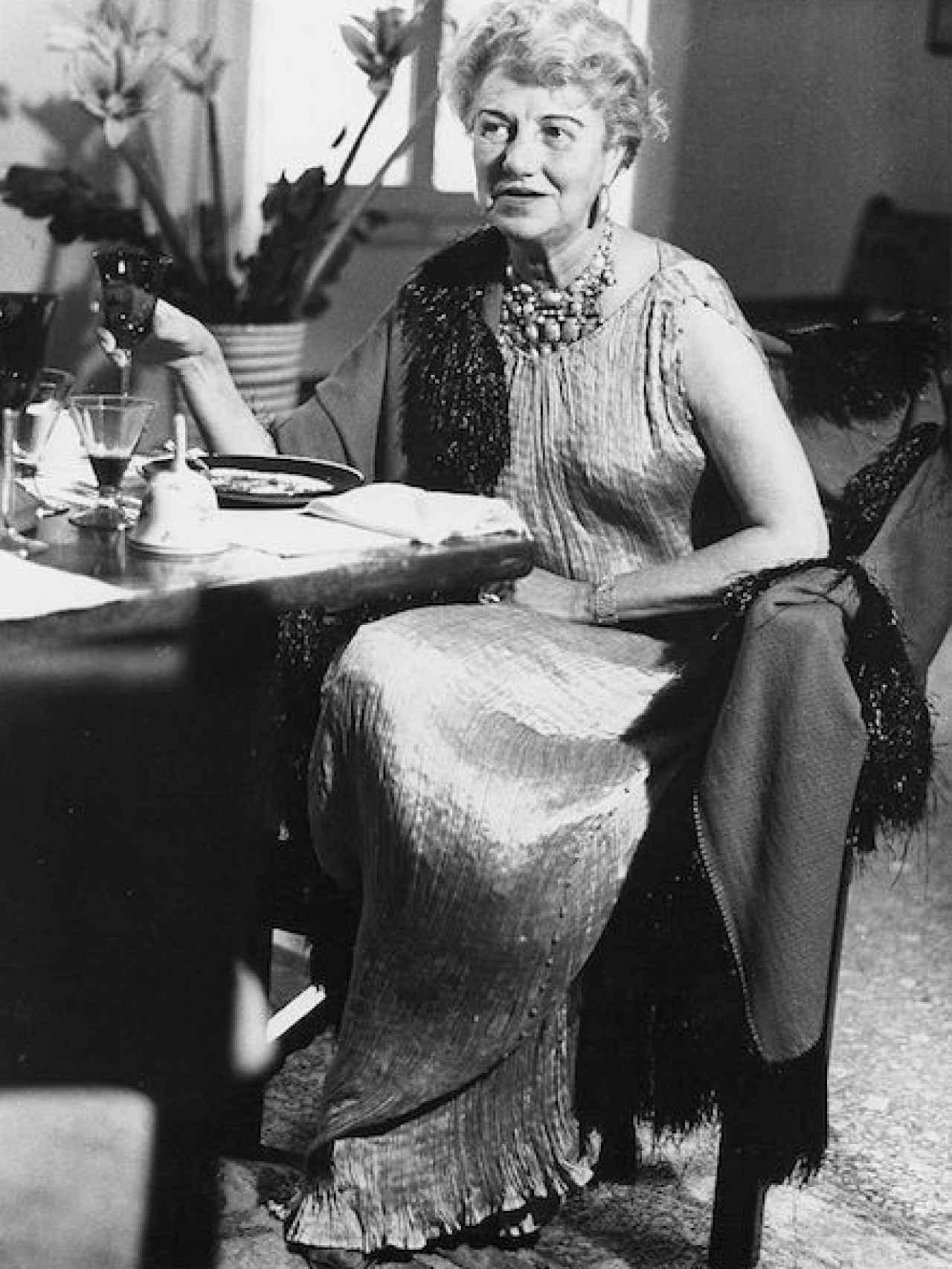 Peggy Guggenheim, vestida con un Delphos de Fortuny.