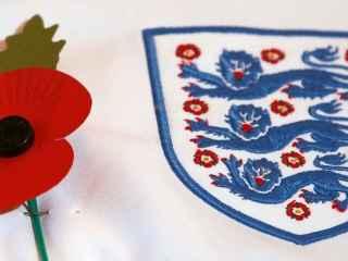 Camiseta de la selección inglesa, junto a una amapola.
