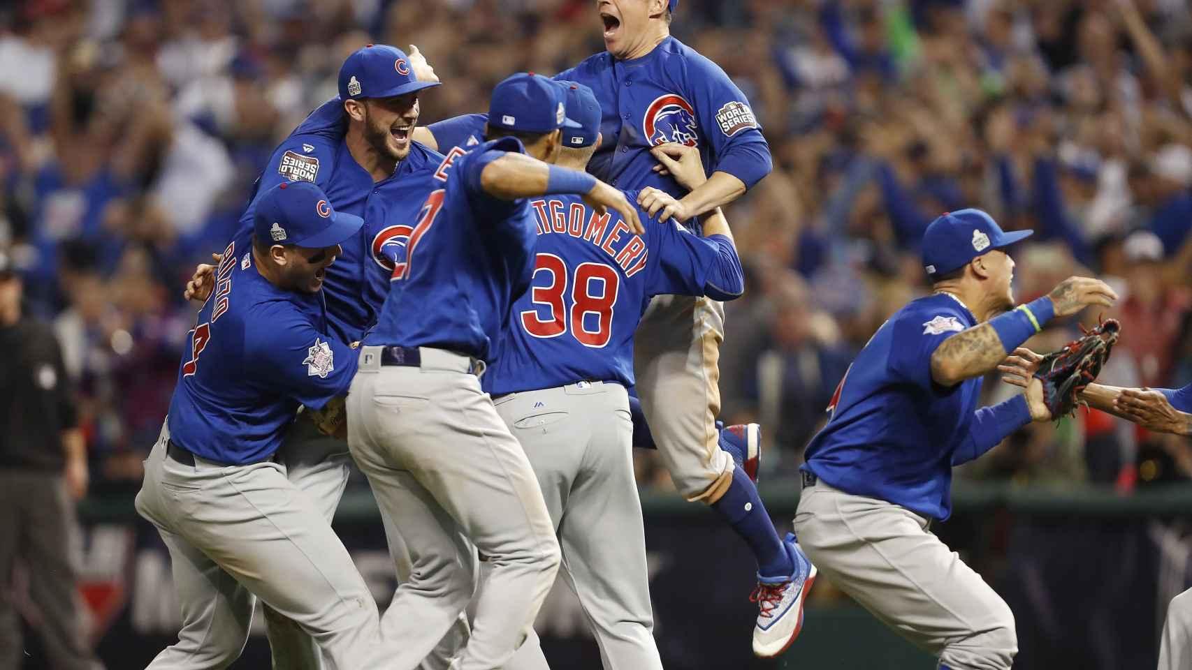 Los Cubs celebran el título.