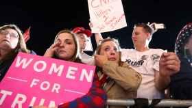 Clinton no logra convencer a todo el electorado femenino.