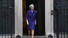 La primera ministra británica, Theresa May, sale del número 10 de Downing Street.