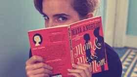 Emma Watson, con el libro que ha escondido en el metro de Londres.