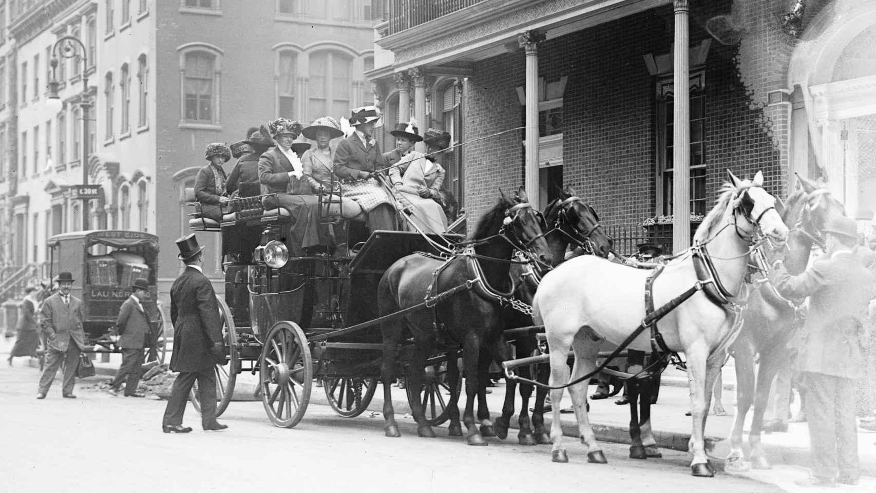 Un coche de caballos se lleva a varias asistentes a una fiesta en el Colony Club en 1911.