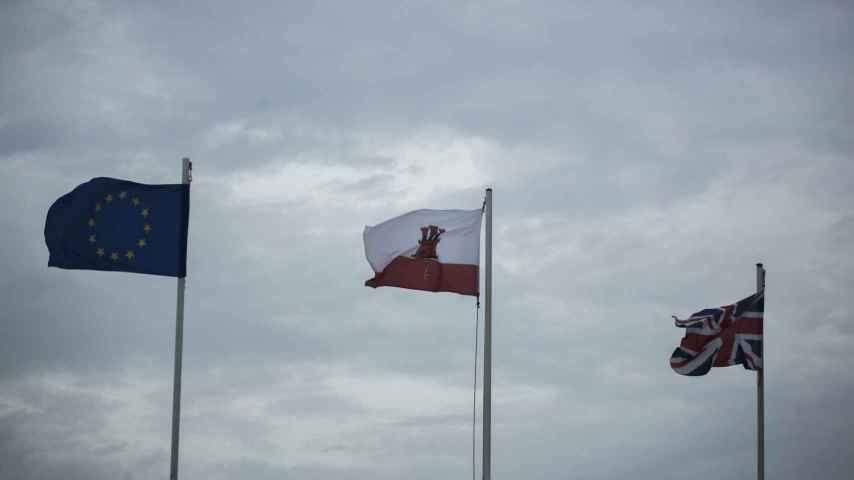 Banderas de Europa, Gibraltar y Reino Unido ondeando en el Peñón.
