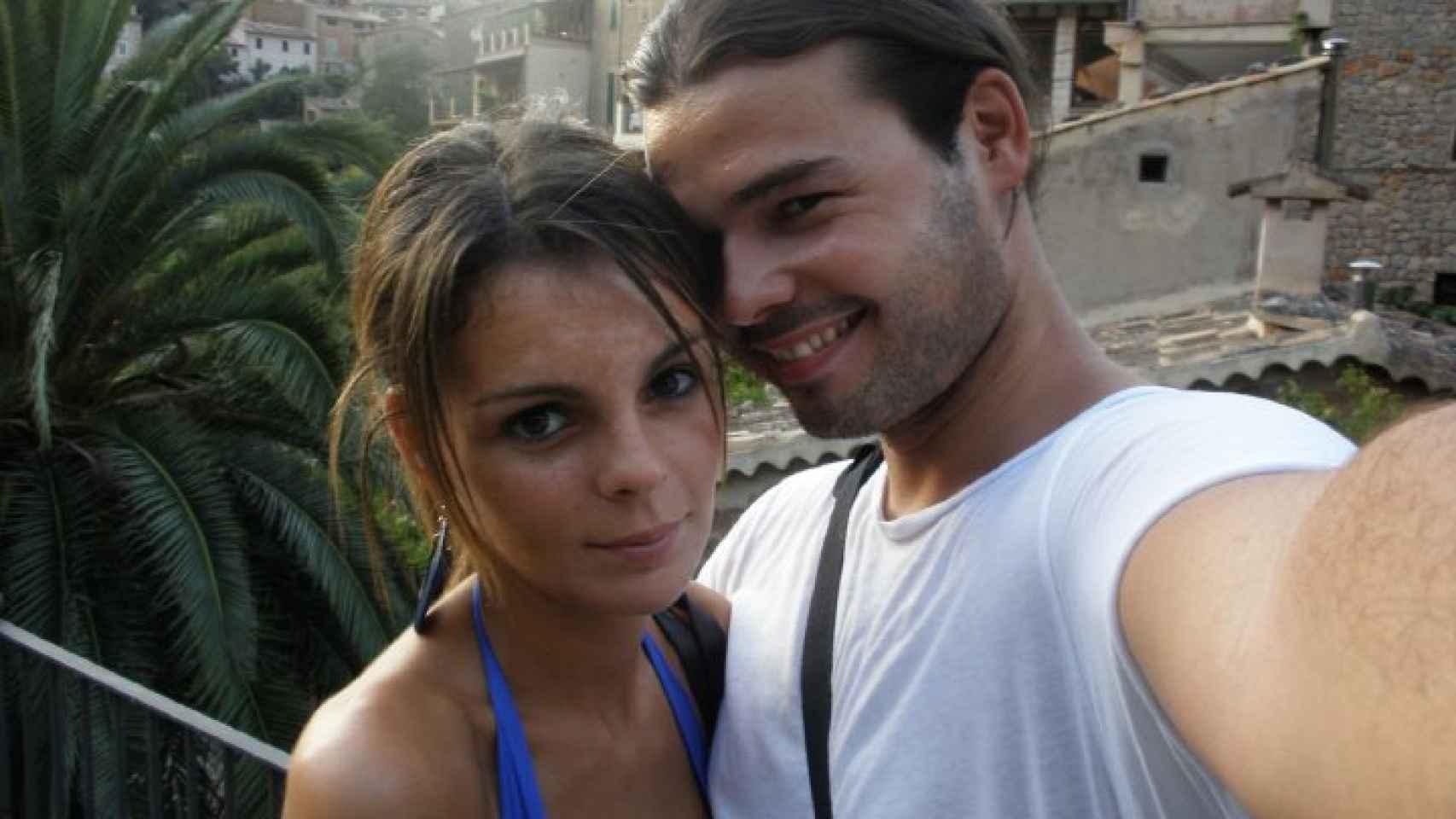 Un joven Gabriel Rufián junto a su mujer, Mireia, a la que conoció en la universidad y con la que tiene un hijo.