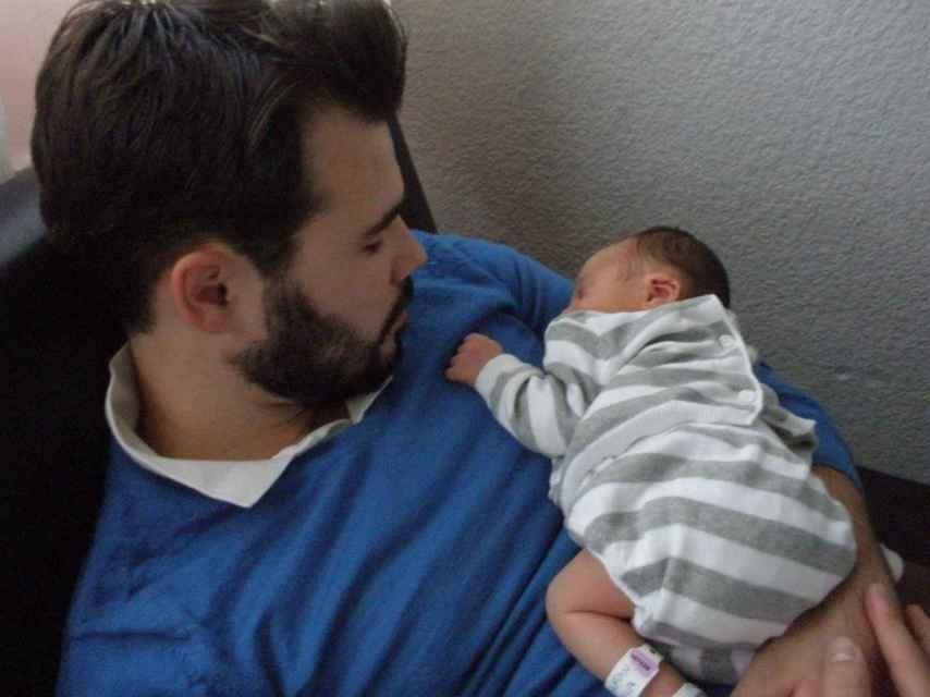 Gabriel Rufián sostiene a su único hijo, Biel, que hoy en día tiene 6 años.