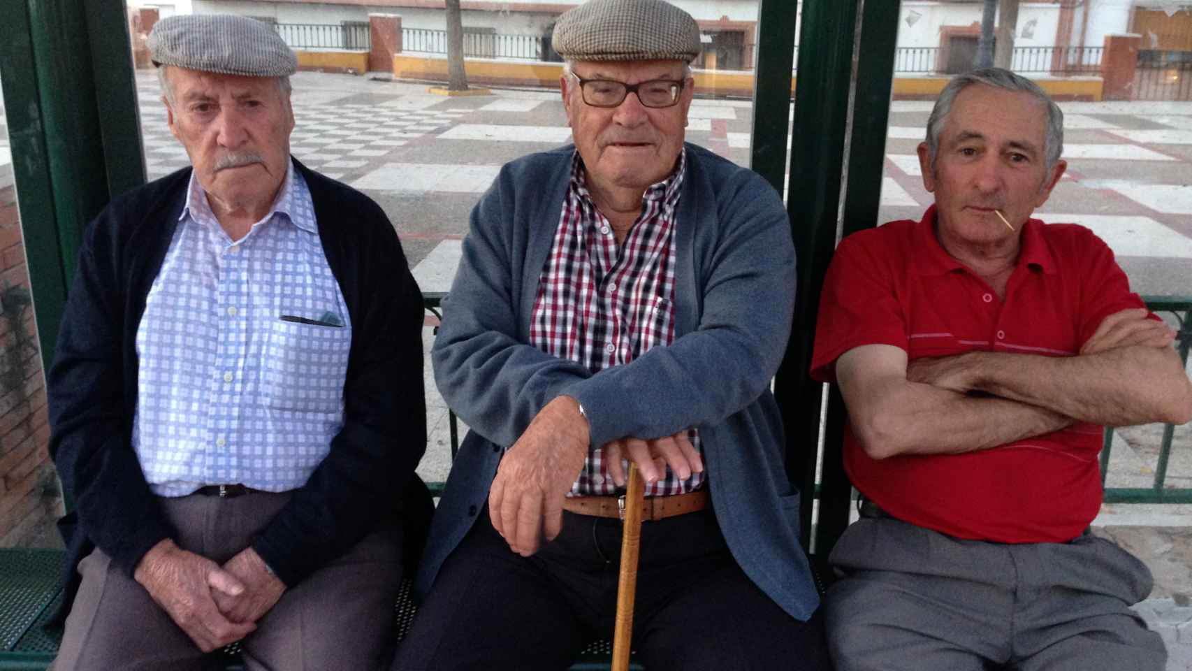 De izquierda a derecha, los hermanos José y Francisco López Martos, junto a Francisco López, de rojo. Los tres conocieron a Juanillo el de la Frasca, el abuelo del político independentista.