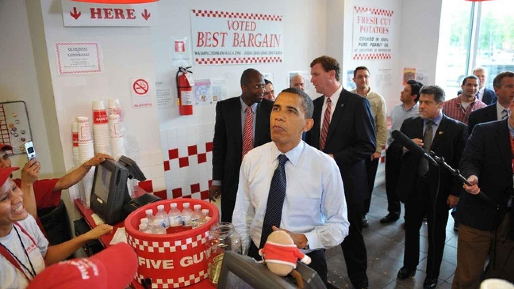 Obama en el establecimiento de Five Guys en 2009 pensando qué menú escoger.
