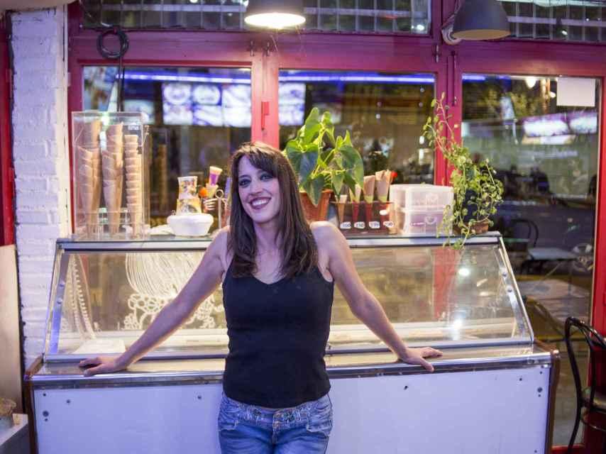 Beatriz en el interior de la cafetería Firenze