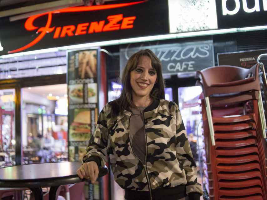 Beatriz, con chaeta militar, en la terraza donde ha atendido a EL ESPAÑOL