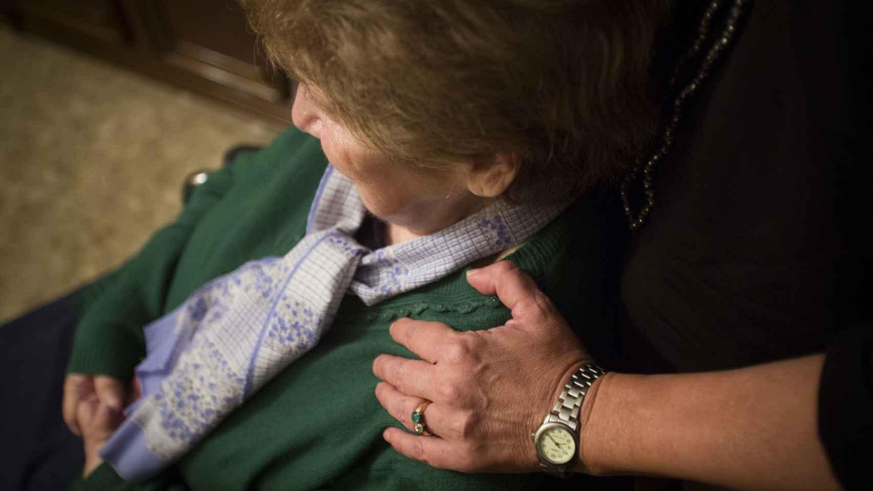 Los cuidadores tratan con mucho cariño a los enfermos.