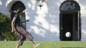 Michelle Obama juega a fútbol en una imagen típica de la primera dama