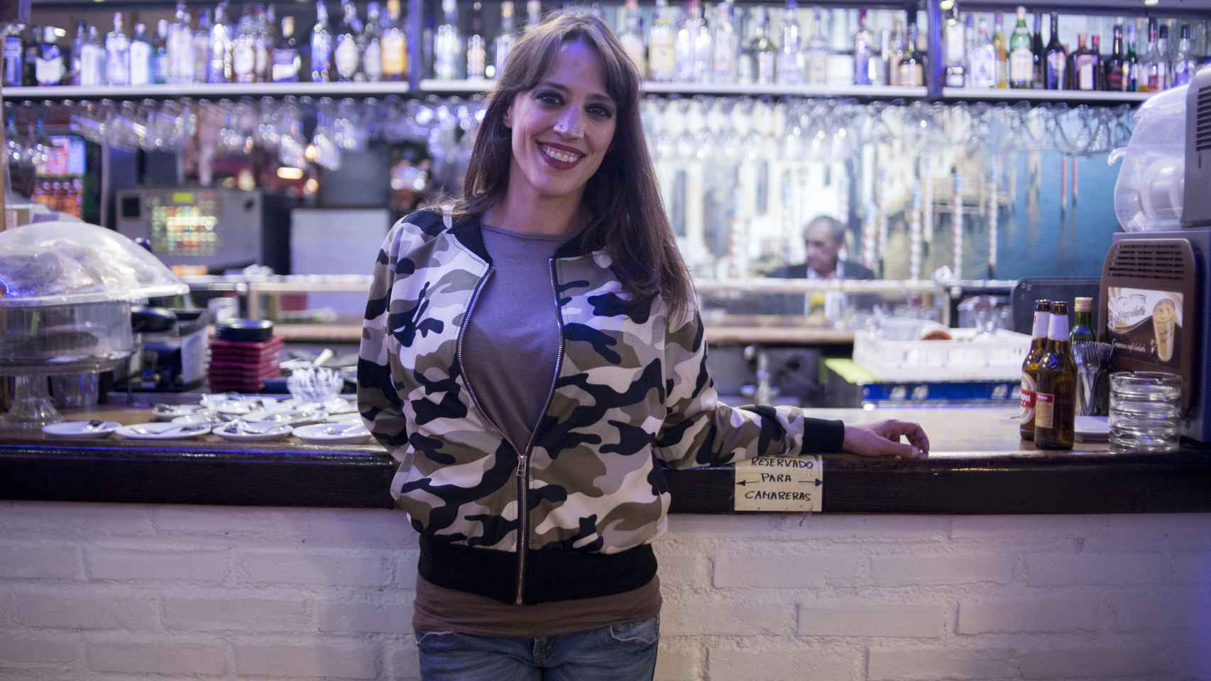 Bea 'La Legionaria' en la cafetería donde trabaja en Getafe