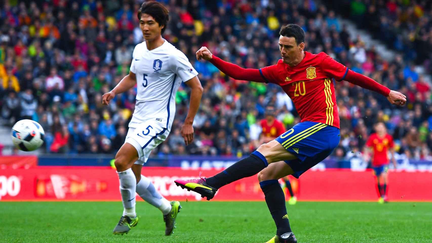 Aduriz dispara a puerta contra Chequia en la Eurocopa de Francia.