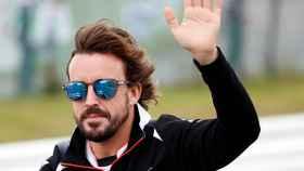 Fernando Alonso saluda en el GP de Japón.