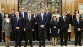 El Gobierno, en La Zarzuela, junto al Rey, tras jurar o prometer su cargo.