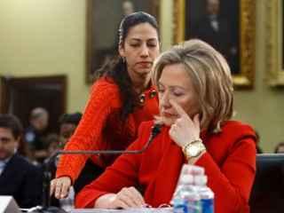 Hillary Clinton junto a su asesora y casi hija política Huma Abedin.