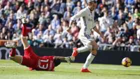 Bale supera al portero del Leganés para marcar su primer gol.