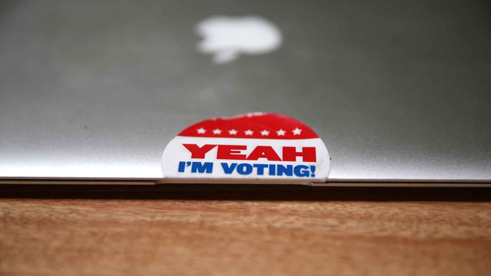 Una pegatina a favor de la participación electoral en un portátil en Los Angeles.