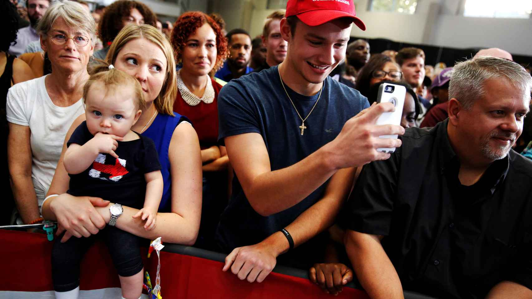 Partidarios de Clinton y Trump escuchan a Obama en Columbus, Ohio.