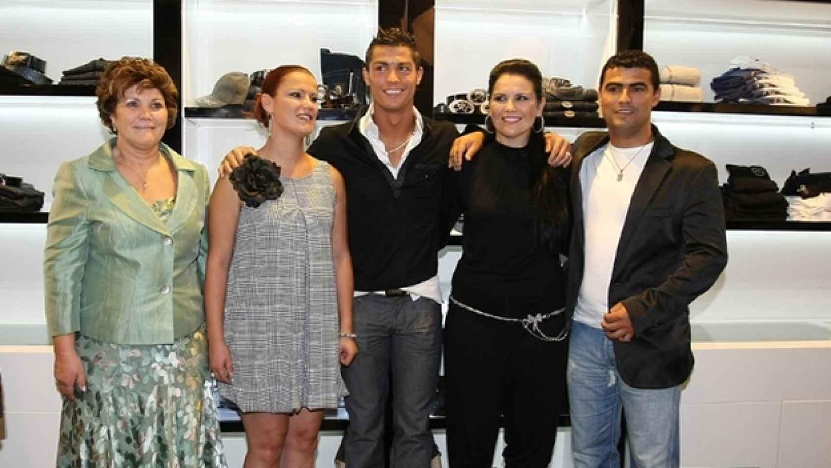 Cristiano Ronaldo con su madre y sus tres hermanos.