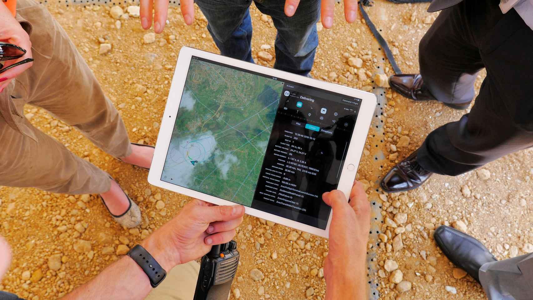 Ingenieros monitorizan en una tablet el vuelo de un dron.