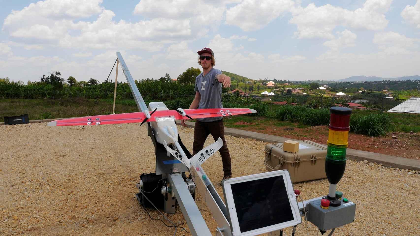 Ingeniero prepara un dron para un vuelo de prueba en Kigali, Ruanda.