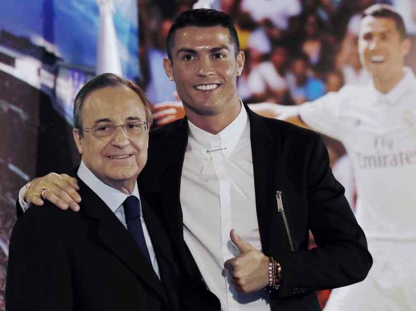 Florentino Pérez junto a Cristiano en la renovación del segundo.