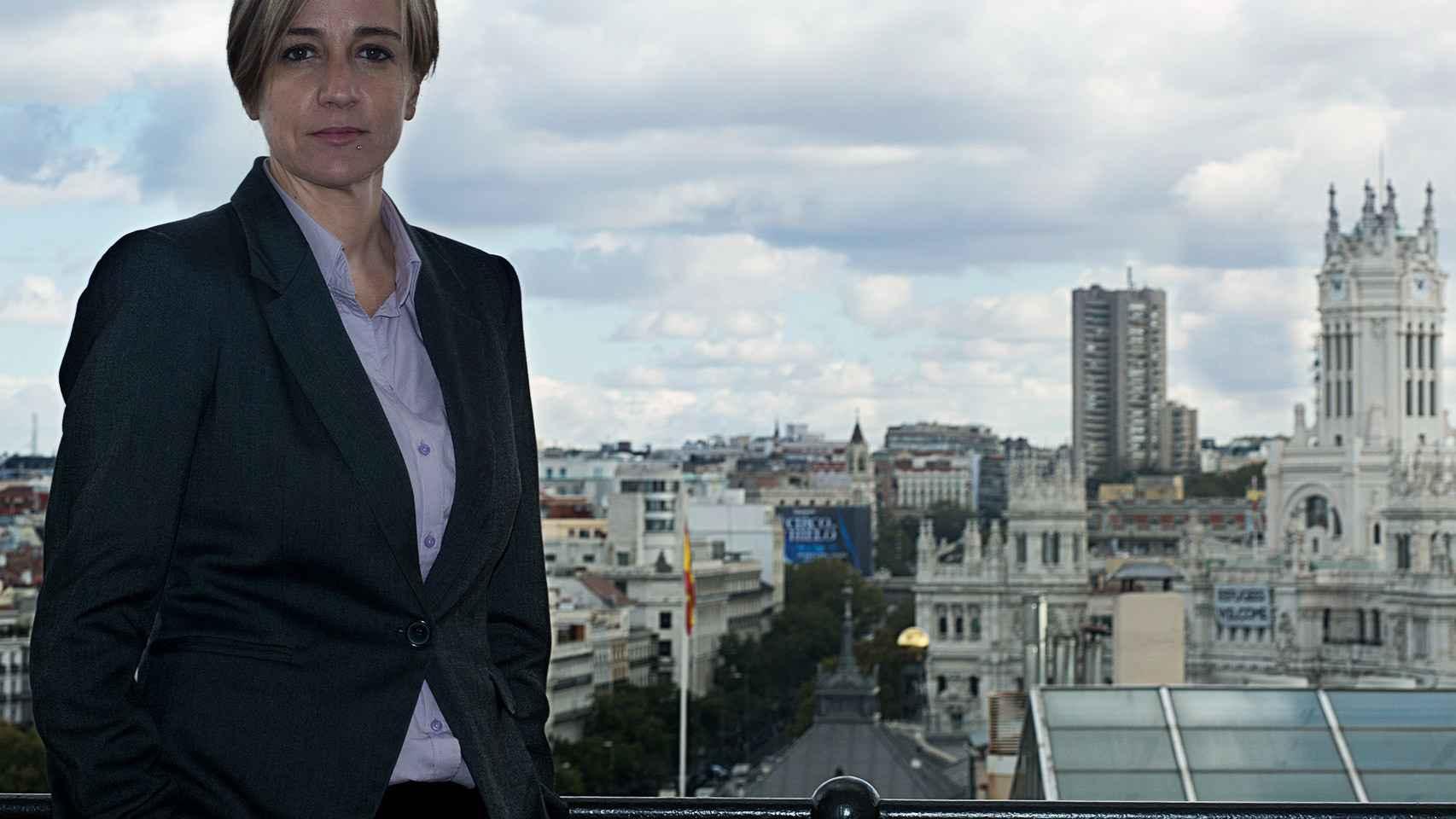 Tania Sánchez posa con el ayuntamiento de Madrid a su espalda.