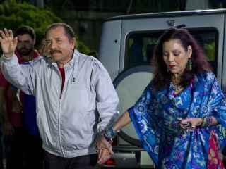 Daniel Ortega, y su esposa, Rosario Murillo, llegan para una rueda de prensa.