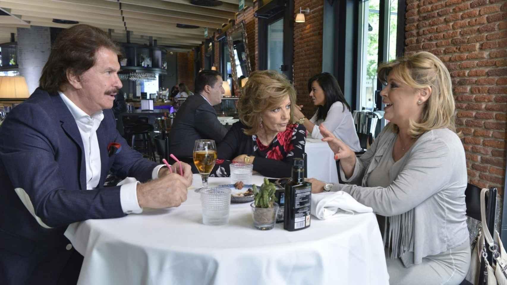 Una de las escenas del docu-reality de Las Campos en el que aparecen almorzando María Teresa, Bigote y Terelu.