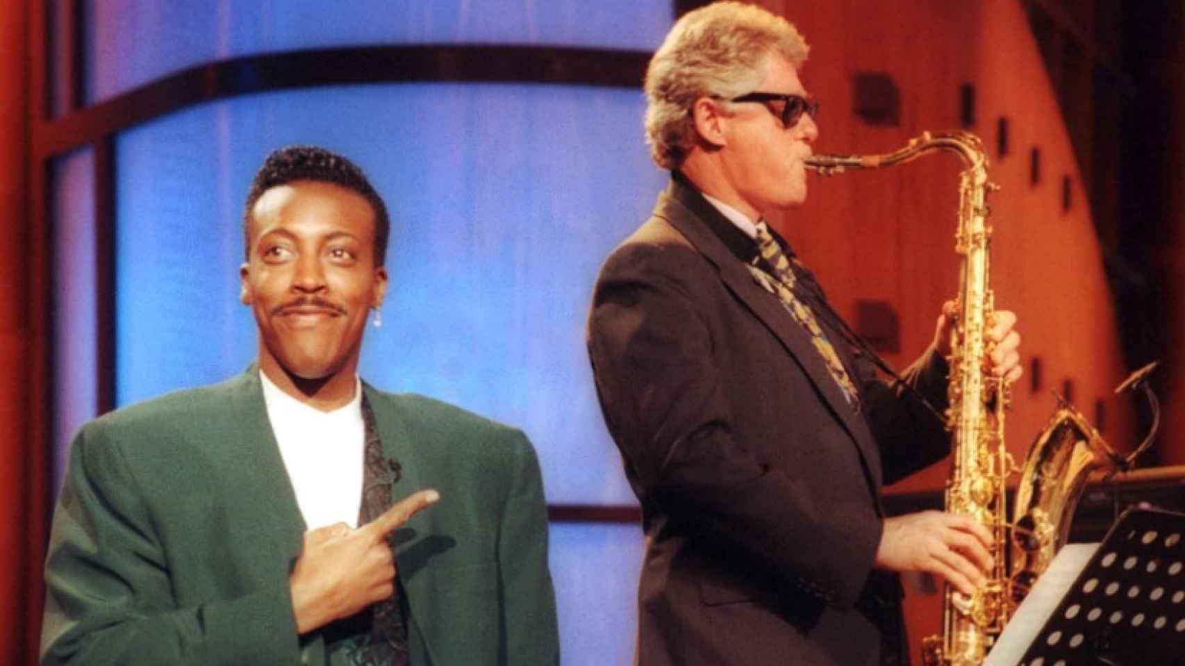 Bill Clinton toca el saxo en un programa de televisión