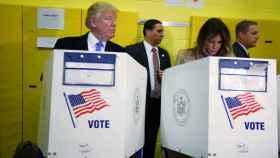 Donald Trump y Melania Trump votando.