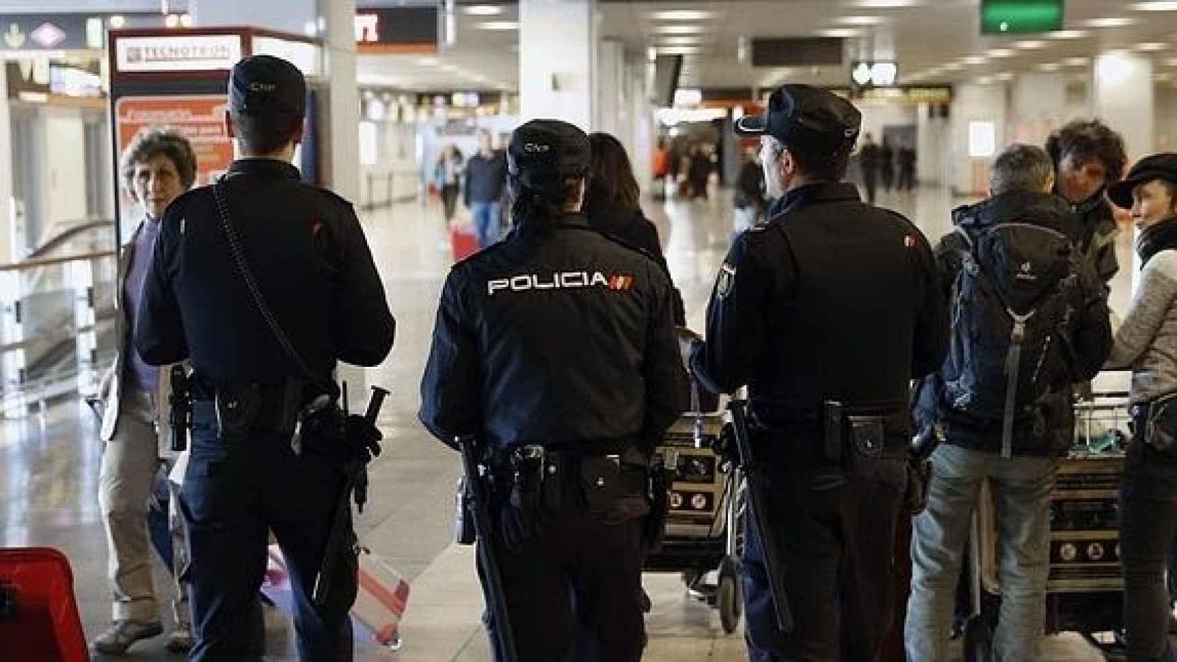 Agentes de la Policía Nacional patrullan el aeropuerto Adolfo Suárez Madrid-Barajas.