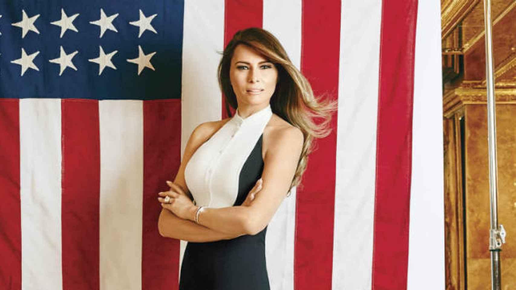 Melania Trump posa con la bandera de EEUU