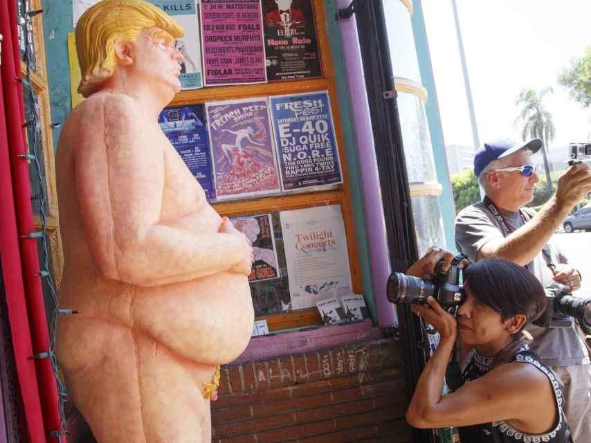 Una estatua desnuda del candidato republicano Donald Trump.