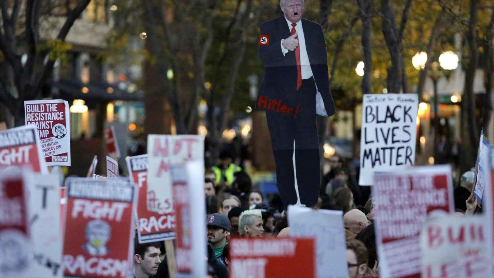 En las protestas se han lanzado mensajes como No eres nuestro presidente. | Reuters