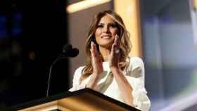 Melania Trump no se despega de su anillo de compromiso.