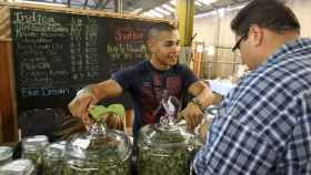 Un vendedor de marihuana terapéutica en Los Ángeles.