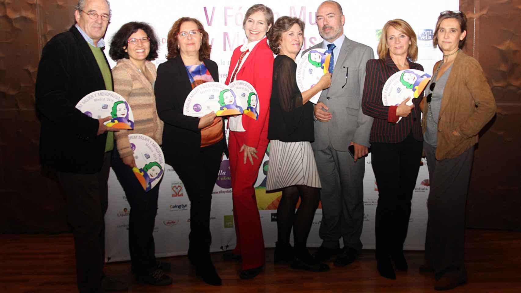 Assumpta Serna posa junto con gente de la asociación de menopaúsicas Ella y El Abanico.