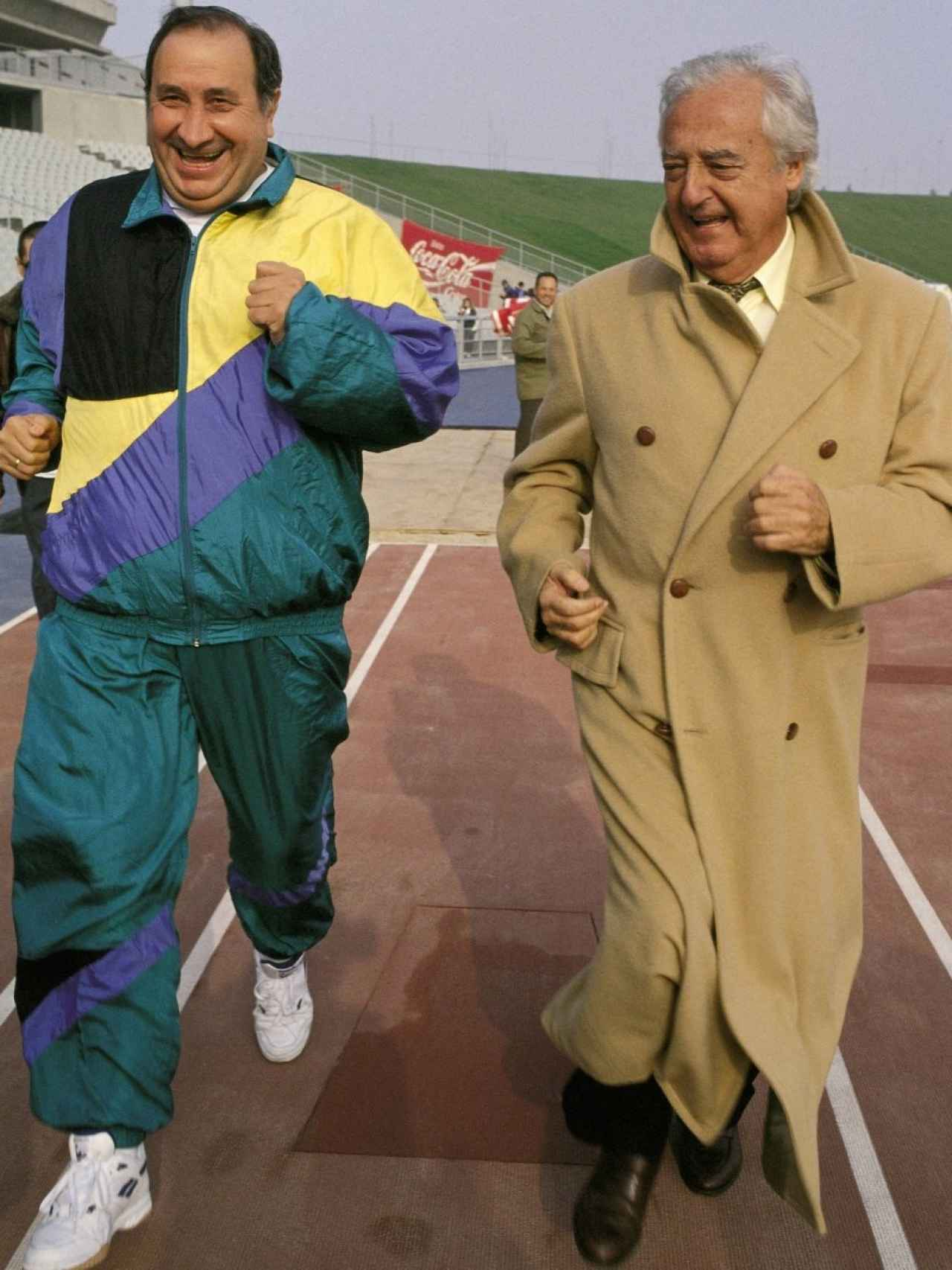 Ramón Mendoza no perdía la elegancia ni cuando salía a correr. Aquí, vistiendo gabardina mientras Jesús Gil iba ataviado con un chándal.